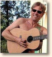 Hartwin mit Gitarre