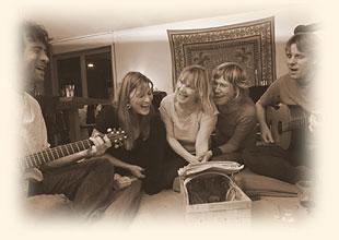 Das SURYA-Team singt