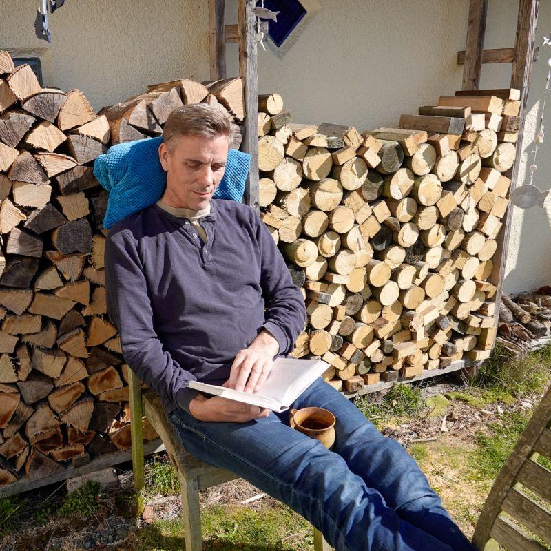 Hartwin entspannt beim Lesen