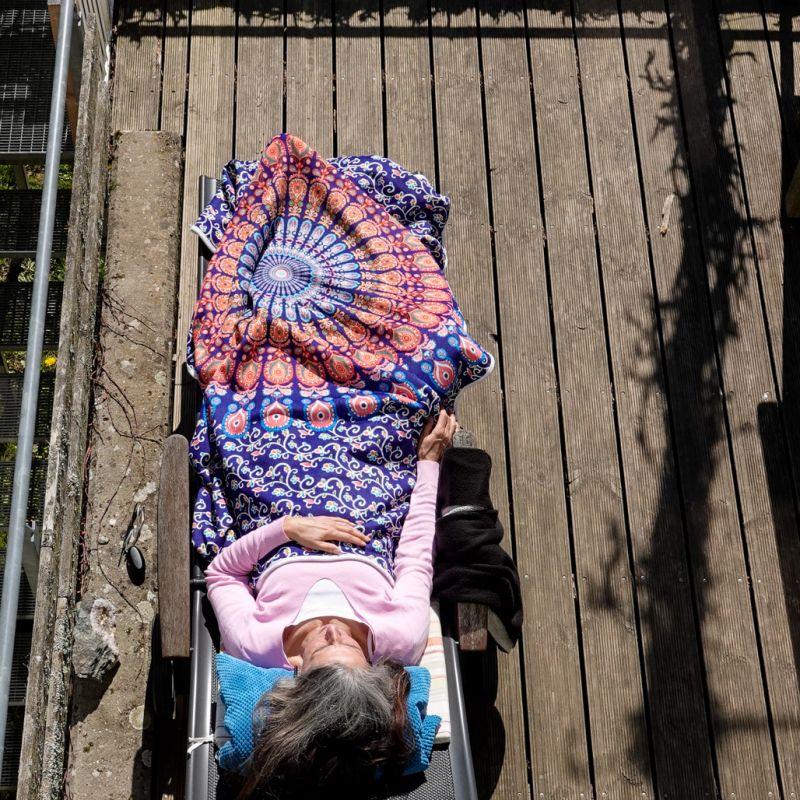 Birgit entspannt auf der Sonnenliege